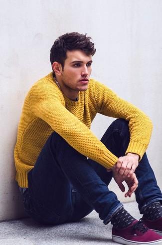 senf-pullover-mit-rundhalsausschnitt-dunkelblaue-enge-jeans-lila-niedrige-sneakers-large-8987