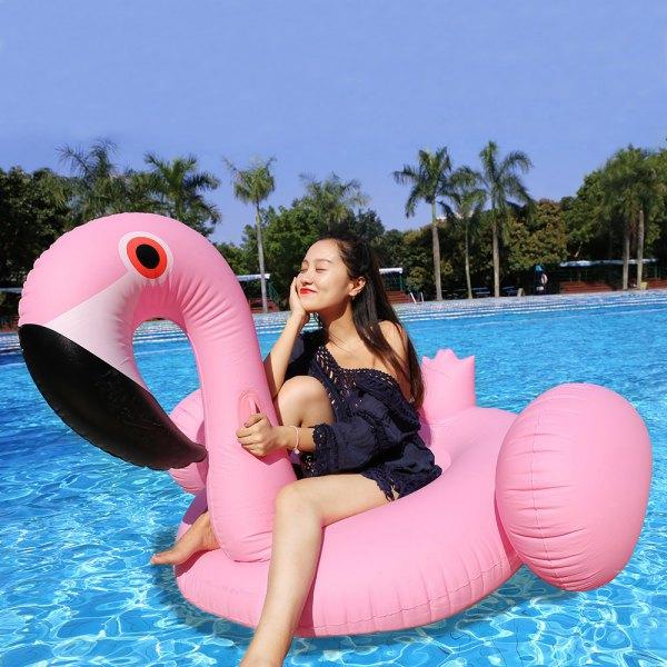Foto criativa com boia de flamingo na piscina - Elis Cecilia Blog