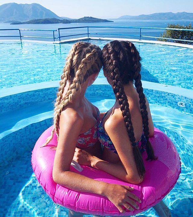 Foto criativa entre amigas na piscina - Elis Cecilia Blog
