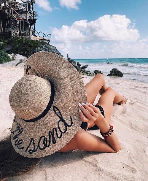 Foto criativa com chapéu na praia - Elis Cecilia Blog