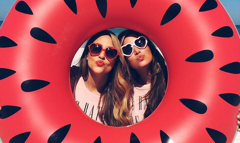 Foto criativa entre amigas com boia de melancia - Elis Cecilia Blog