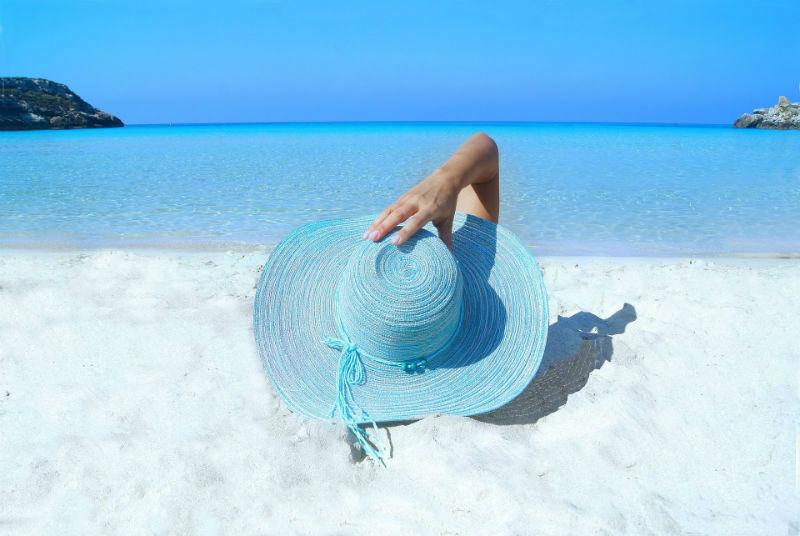 foto criativa com chapéu na areia da praia - Elis Cecilia Blog