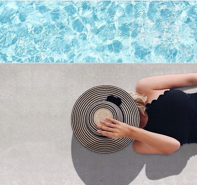 Foto criativa com chapéu na piscina  - Elis Cecilia Blog