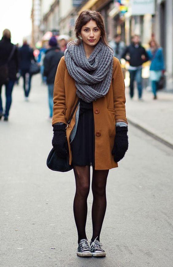 Look casual de inverno com sobreposição de vestido, sobretudo marrom e cachecol de tricot