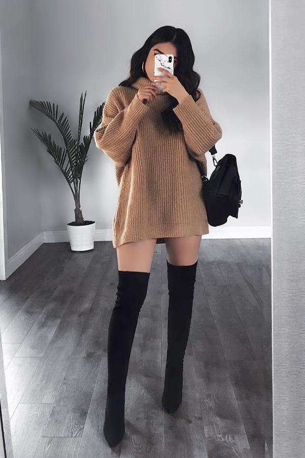 Vestido curto de tricot marrom com manga longa, gola alta com botas Over Knee