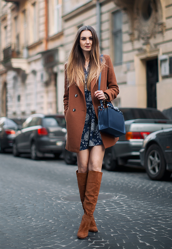 street-style-vestido-estampado-sobretudo-caramelo-oversized-bota-over-knee-caramelo-bolsa-preta